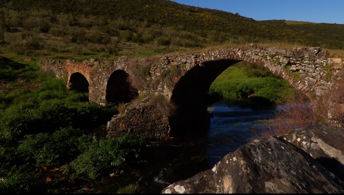 puente medio destruido sobre el rio de alía
