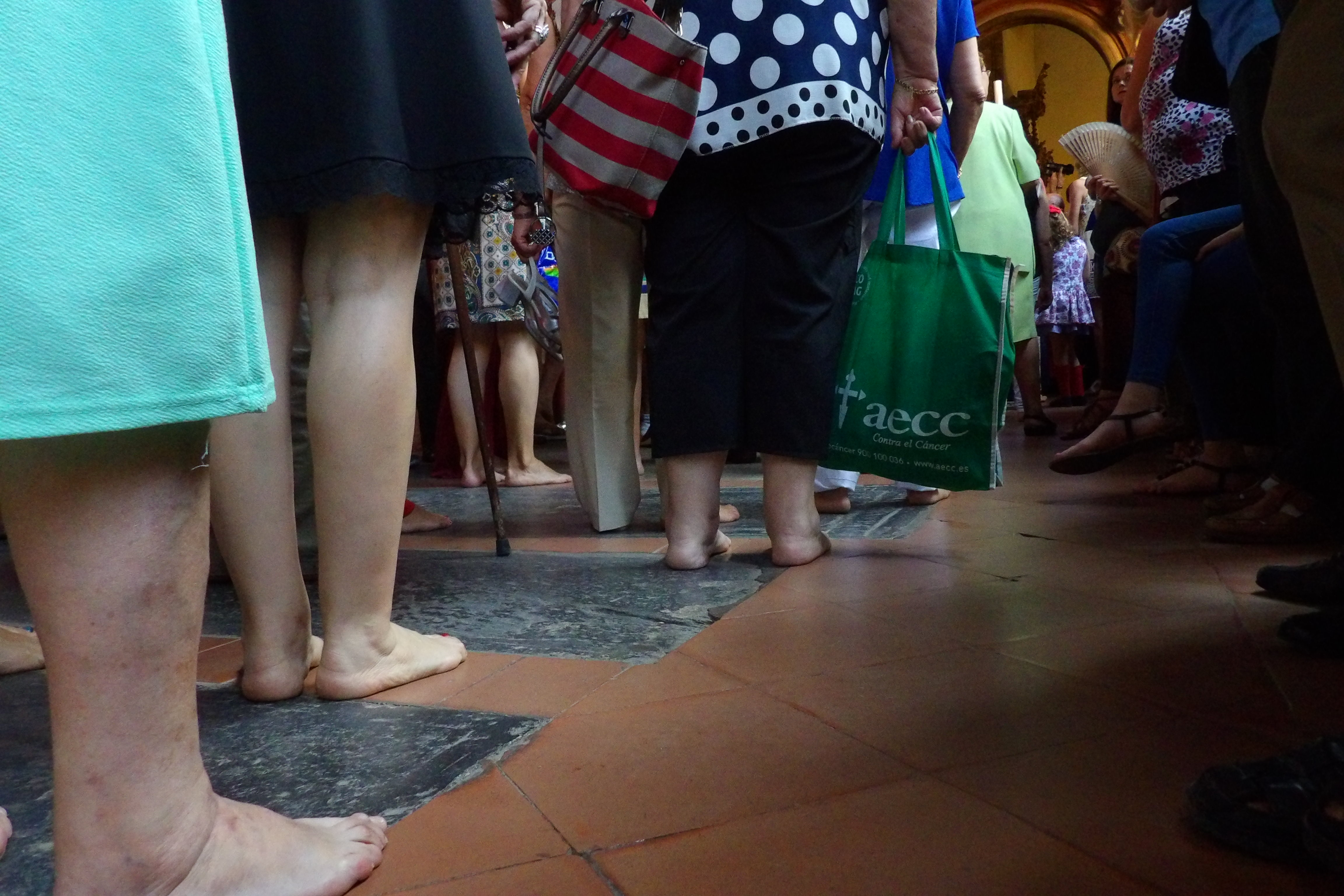 Procesión en el claustro del monasterio de Guadalupe, peregrinos descalzos