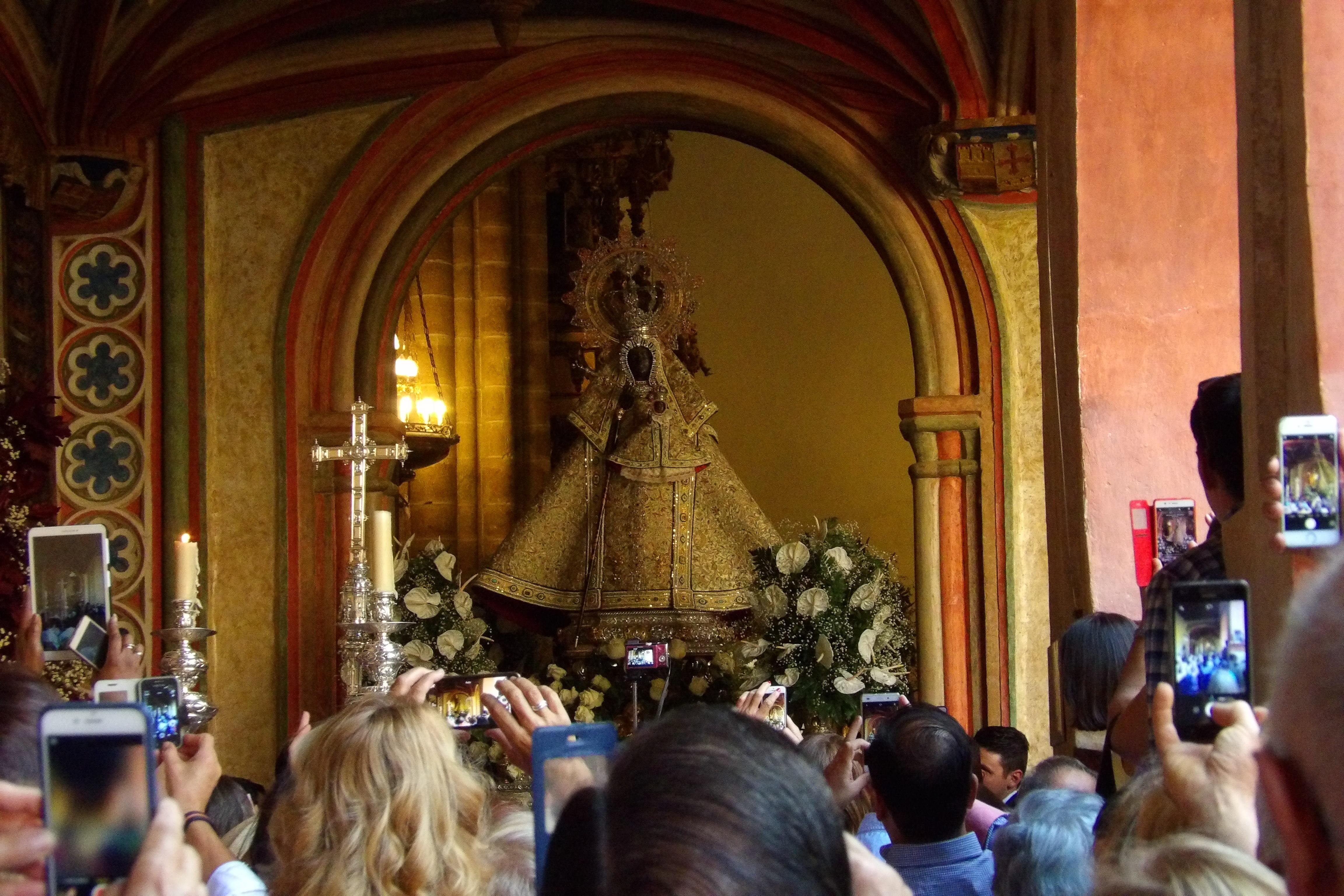 Salida de la Virgen de Guadalupe, gente fotografiando a la virgen