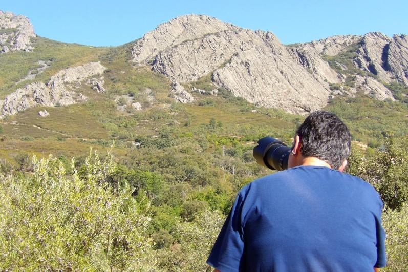 Lisbeth dirigiendo su cámara hacia la sierra en Berzocana