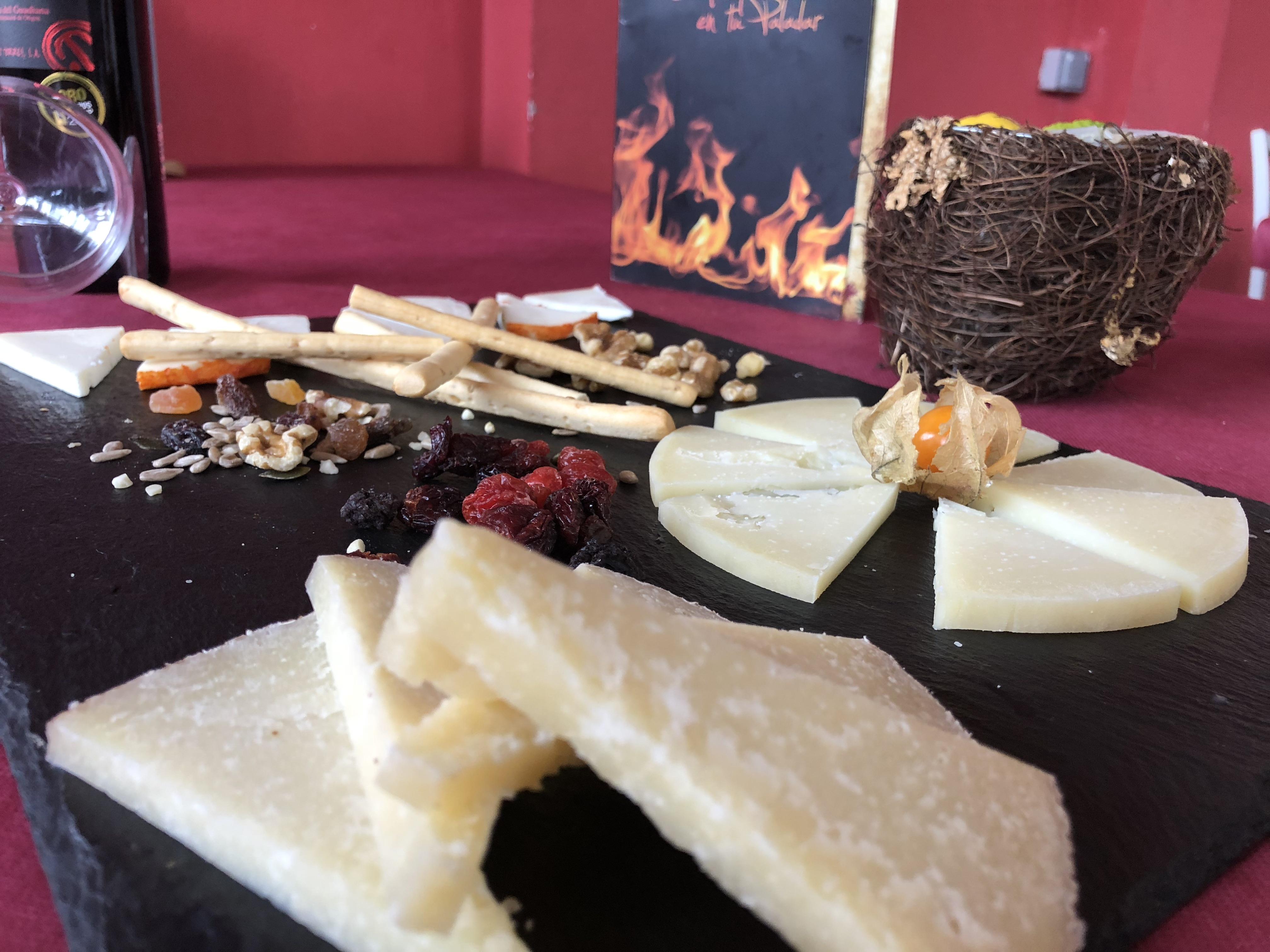 Tabla de quesos de Ibores, comiendo queso de los Ibores