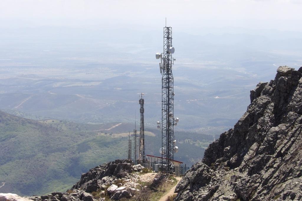 Garita de la antigua base militar situada en el pico de La Villuerca. Al fondo, la localidad de Guadalupe.