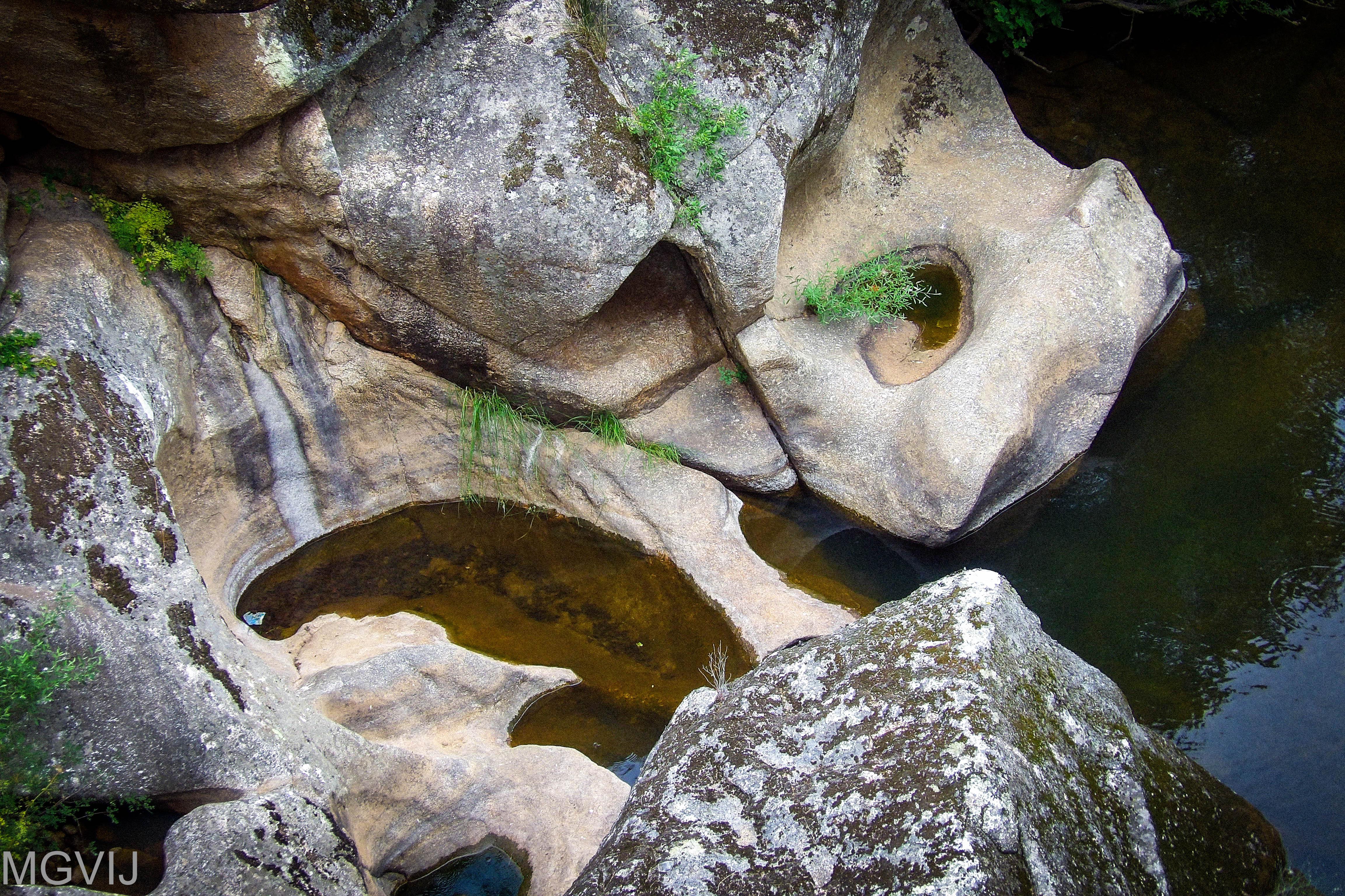 Cavidades formadas por la erosión fluvial en el geositio Marmitas de Gigante del Geoparque Villuercas Ibores Jara