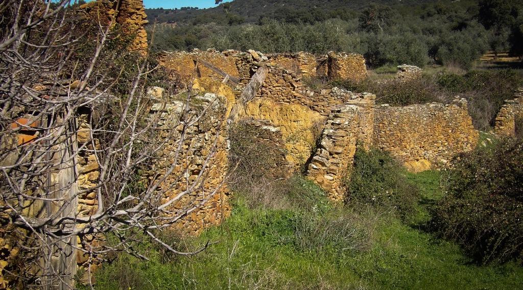 Casas derruidas en La Avellaneda, despoblado de Castañar de Ibor