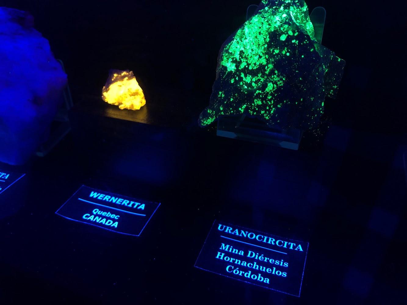 Minerales fluorescentes de la sala negra del centro de interpretación de la mina de logrosán