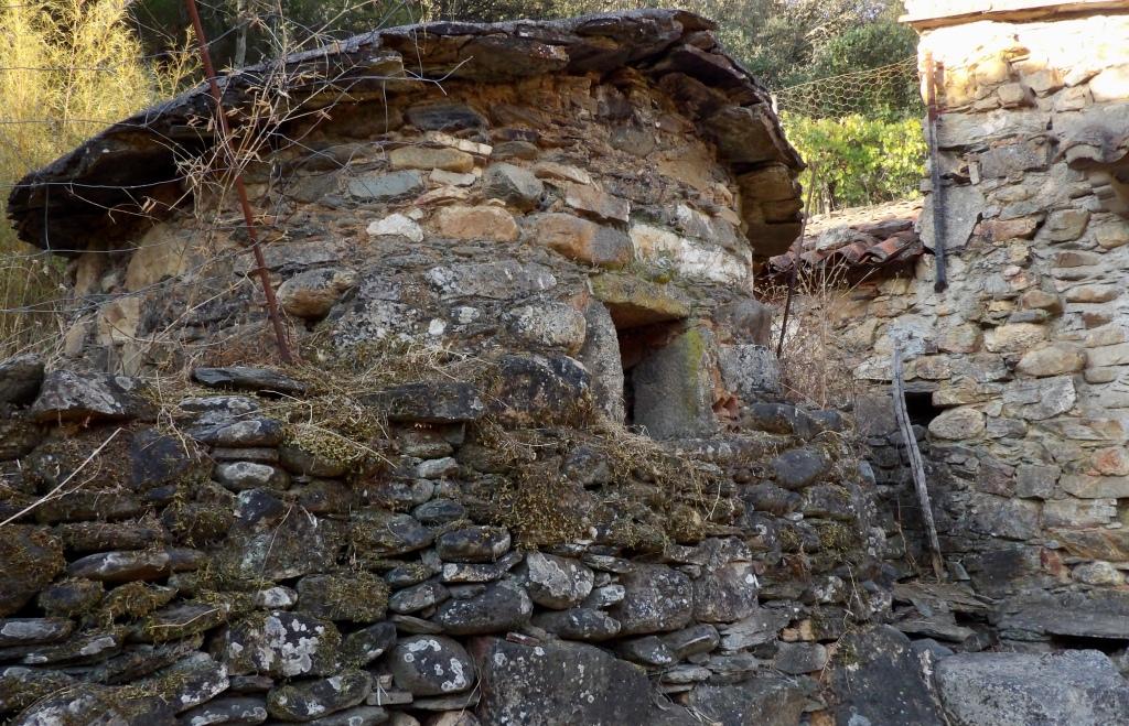 Antiguo horno de un viejo molino en el Geoparque Villuercas Ibores Jara en la ribera del río Almonte
