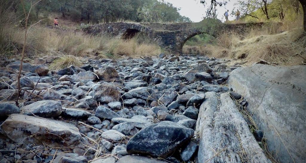 Río Almonte sin agua en el valle de Santa Lucía en el Geoparque Villuercas